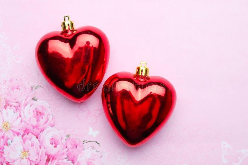Twee glasharten op roze achtergrond stock afbeeldingen
