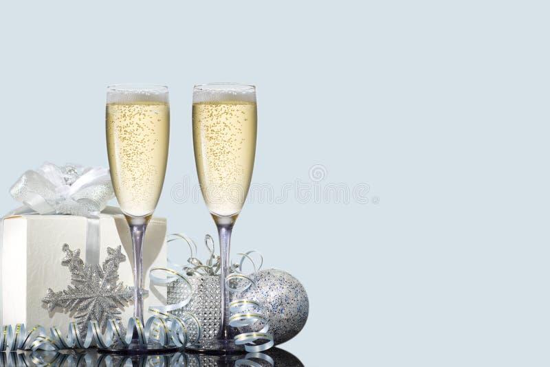Twee glazen champagne met een gift en Kerstmisspeelgoed stock foto