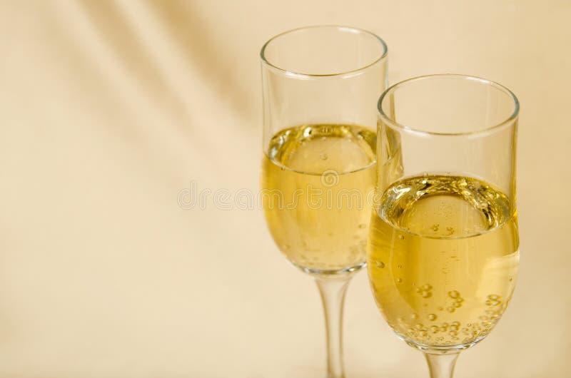 Twee glazen champagne op een achtergrond stock afbeelding