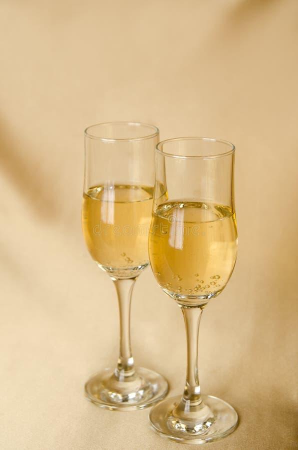 Twee glazen champagne op een achtergrond van een stof stock afbeeldingen