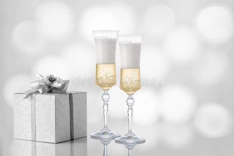 Twee glazen champagne op een feestelijke achtergrond stock afbeeldingen