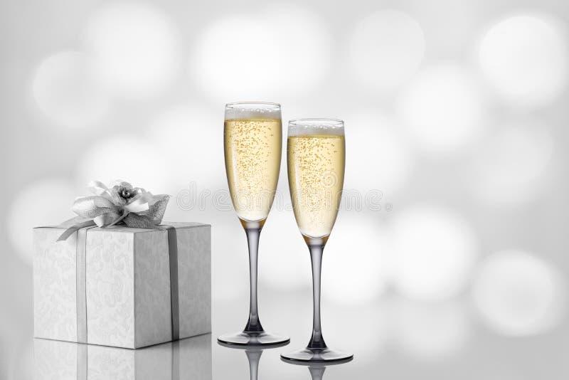 Twee glazen champagne op een feestelijke lichte achtergrond stock foto