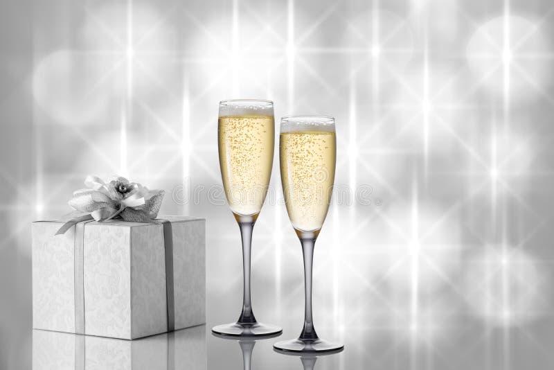 Twee glazen champagne op een feestelijke mooie achtergrond royalty-vrije stock foto's