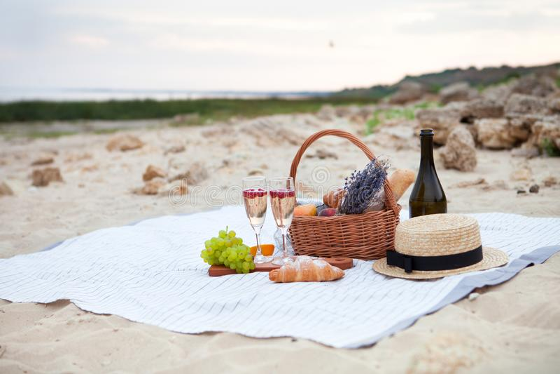 Twee glazen champagne Picknick op het strand bij zonsondergang in w royalty-vrije stock foto