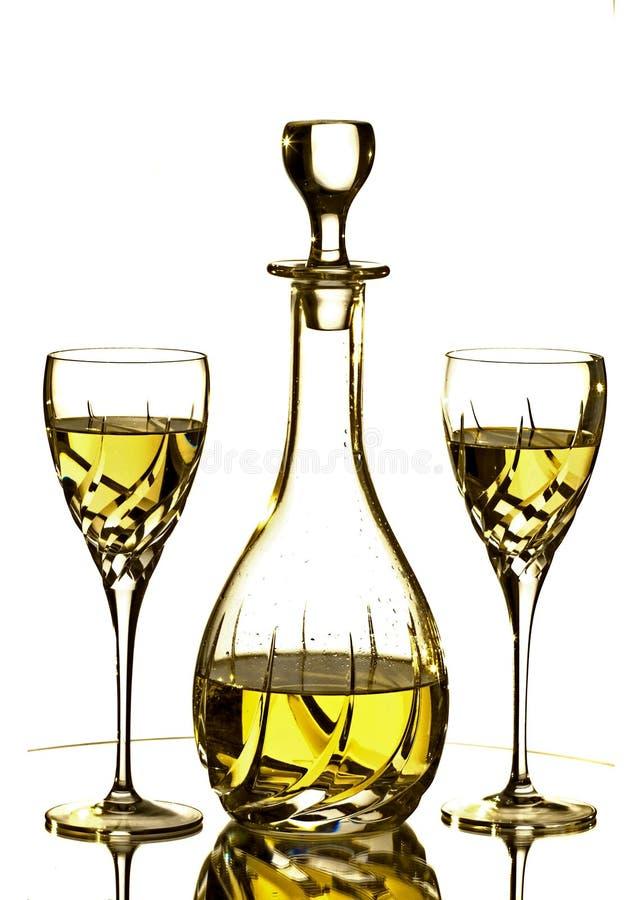 Twee glazen en Karaf met witte wijn stock foto's