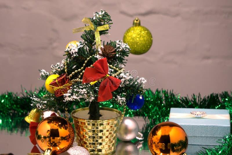 Twee glazen heerlijke champagne sluiten omhoog op een bruine houten achtergrond, Kerstmisspeelgoed van rode, groene en gouden kle stock foto's
