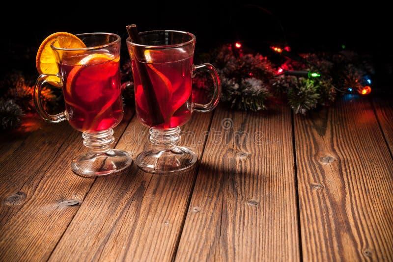 Twee glazen hete overwogen wijn stock foto