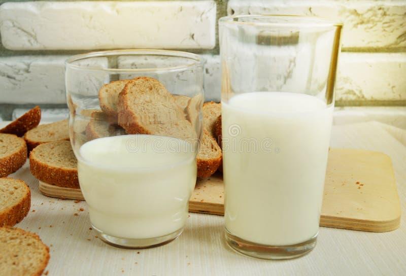 Twee glazen melk zijn op de lijst, Ontbijt voor de familie, gezond het eten concept, de dag van de wereldgezondheid royalty-vrije stock fotografie