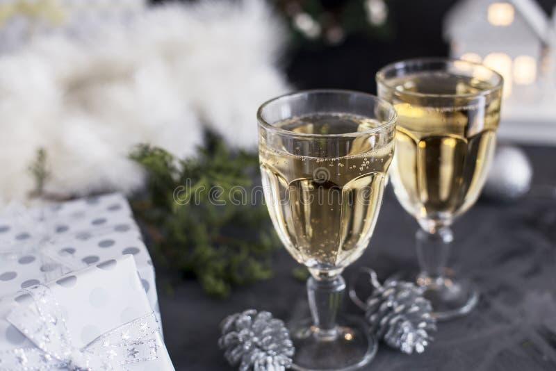 Twee glazen met champagne en mandarins en stelt bij zwarte achtergrond voor stock afbeeldingen