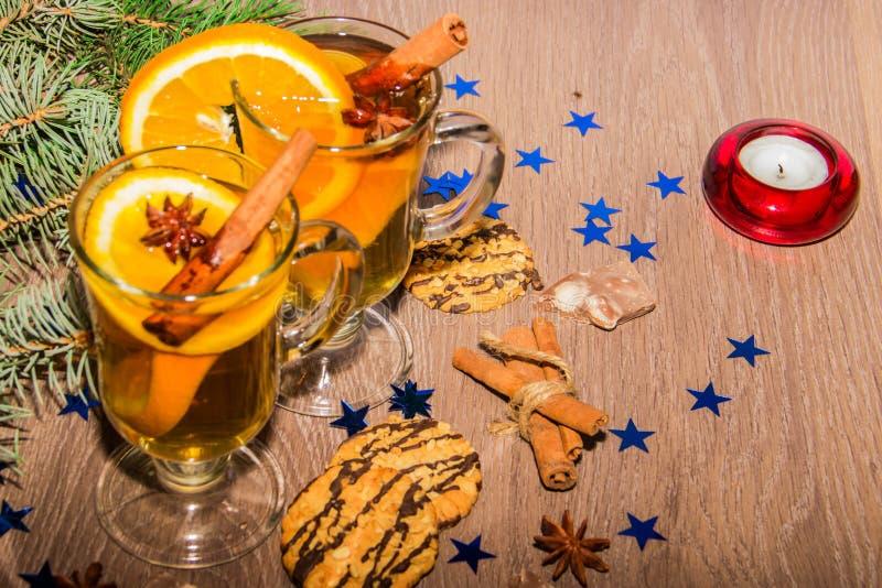 Twee glazen met een geurige drank rond het de badian Nieuwjaar` s decor en kruiden van kaneel stock foto
