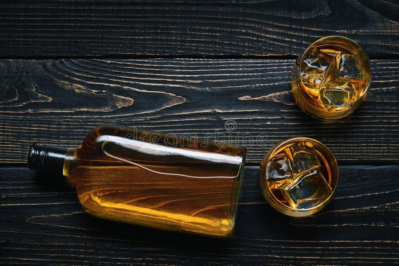 Twee glazen met ijs en whisky op een zwarte houten lijst Bovenkant v royalty-vrije stock fotografie