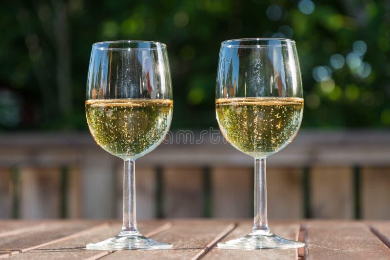 Twee glazen met mousserende wijn stock foto's