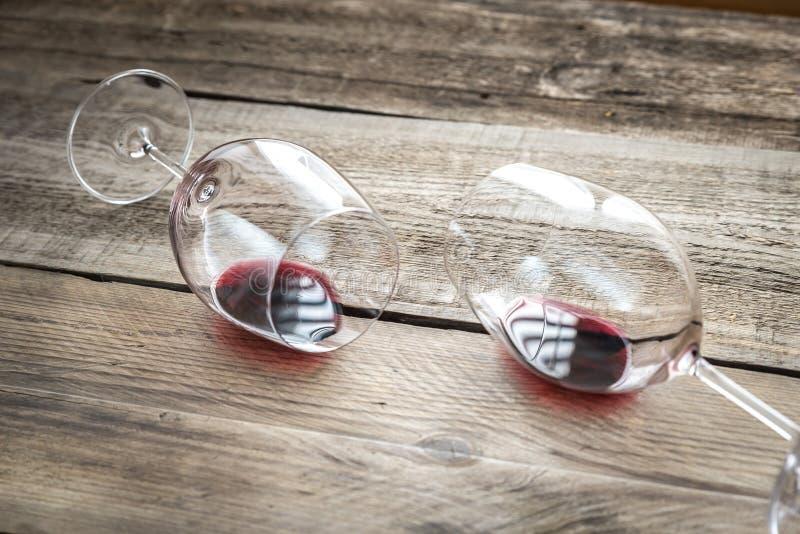 Twee glazen met rode wijn stock afbeeldingen