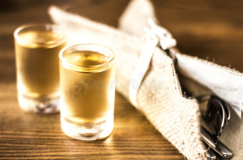 Twee glazen van alcoholische drank op een houten achtergrond met vorken royalty-vrije stock foto's