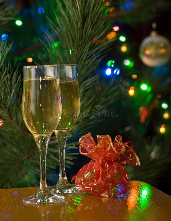 Twee glazen van champagne en gift stock foto's