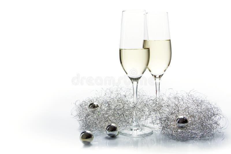 Twee glazen van de fluitenchampagne voor nieuw jaar en zilveren decoratie royalty-vrije stock foto