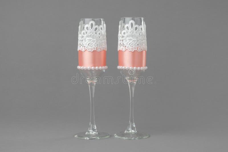 Twee glazen van de huwelijkswijn die met kant en parels worden verfraaid stock foto