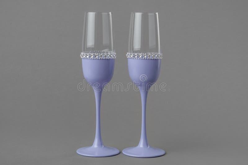 Twee glazen van de huwelijkswijn in lavendelkleur royalty-vrije stock foto's