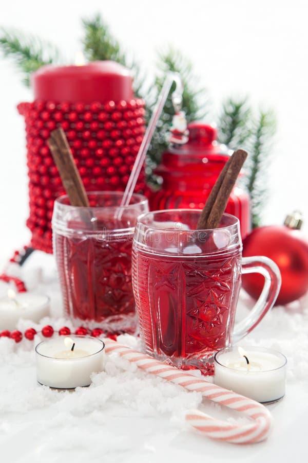 Twee glazen van overwogen wijn en kaars met Kerstmisdecoratie stock afbeelding