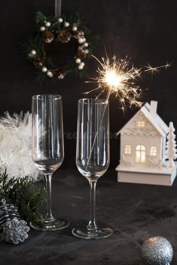 Twee glazen voor champagne met sterretje bij zwarte achtergrond stock afbeeldingen