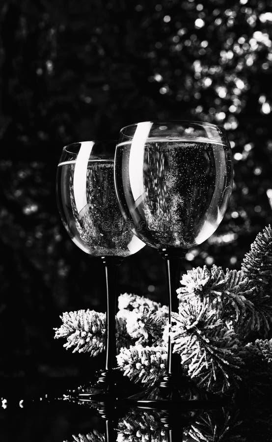 Twee glazen wijn en sparren royalty-vrije stock fotografie