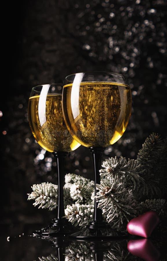 Twee glazen wijn voor Kerstmis royalty-vrije stock afbeeldingen