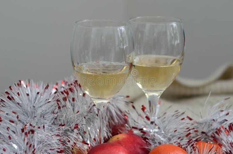 Twee glazen wijn, zilveren decoratie en wol royalty-vrije stock foto's