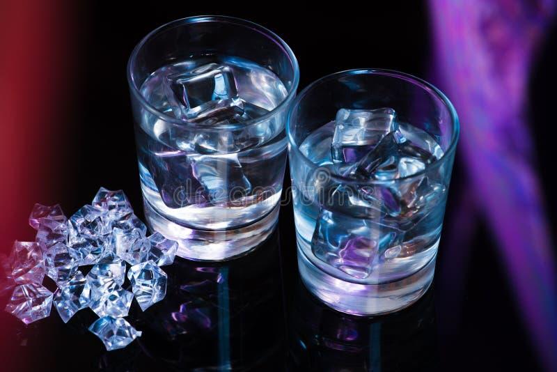 Twee glazen wodka met ijsblokjes royalty-vrije stock afbeelding