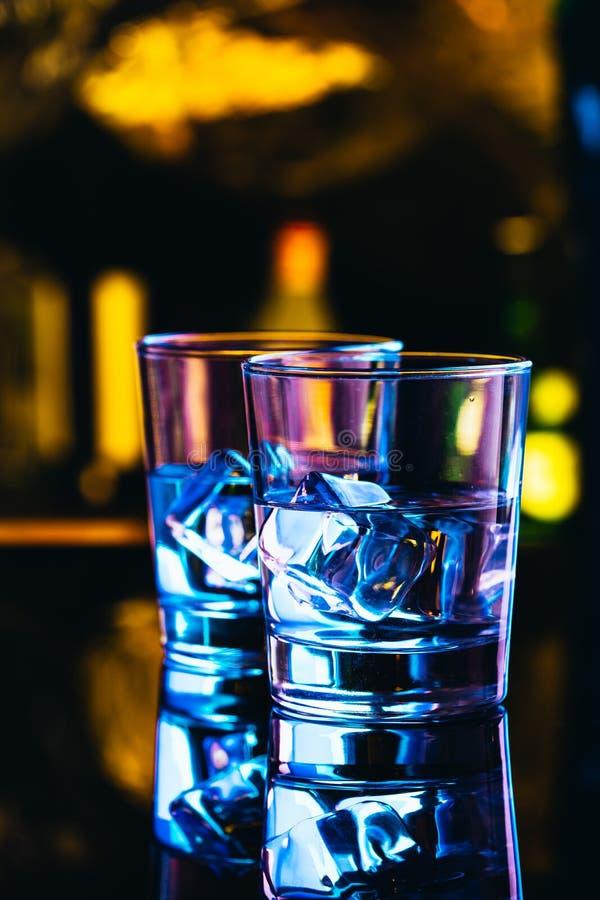 Twee glazen wodka met ijsclose-up stock foto's