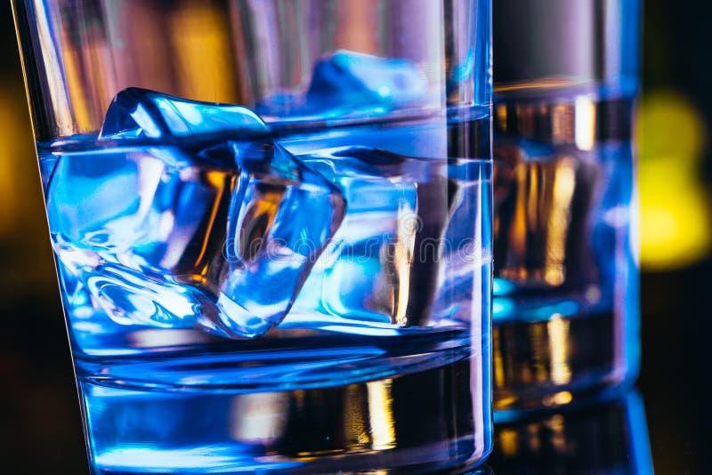 Twee glazen wodka met ijsclose-up stock afbeelding