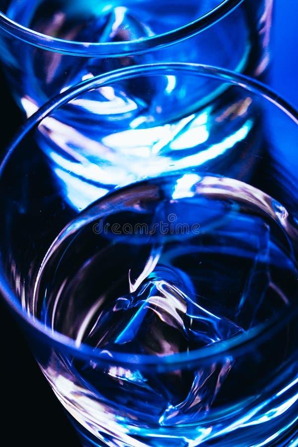 Twee glazen wodka met ijsclose-up royalty-vrije stock afbeeldingen