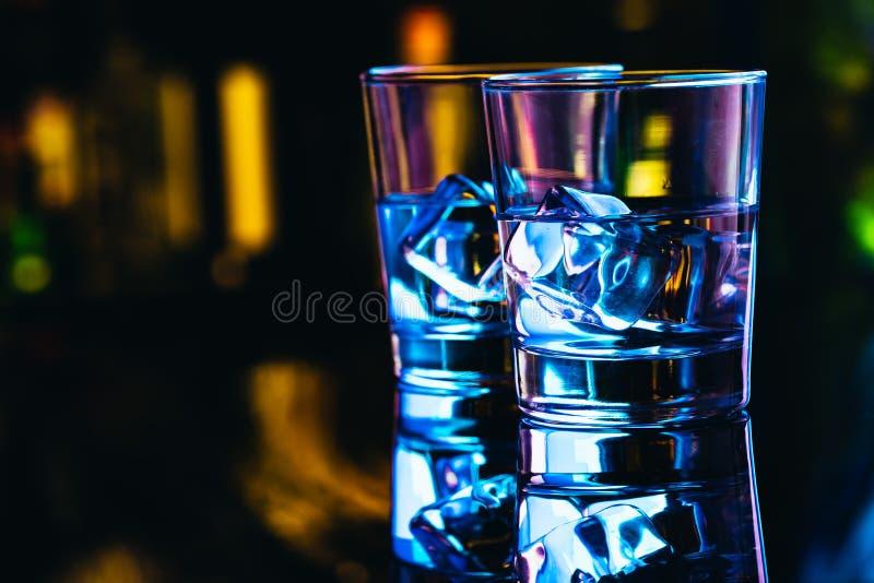 Twee glazen wodka met ijsclose-up royalty-vrije stock foto