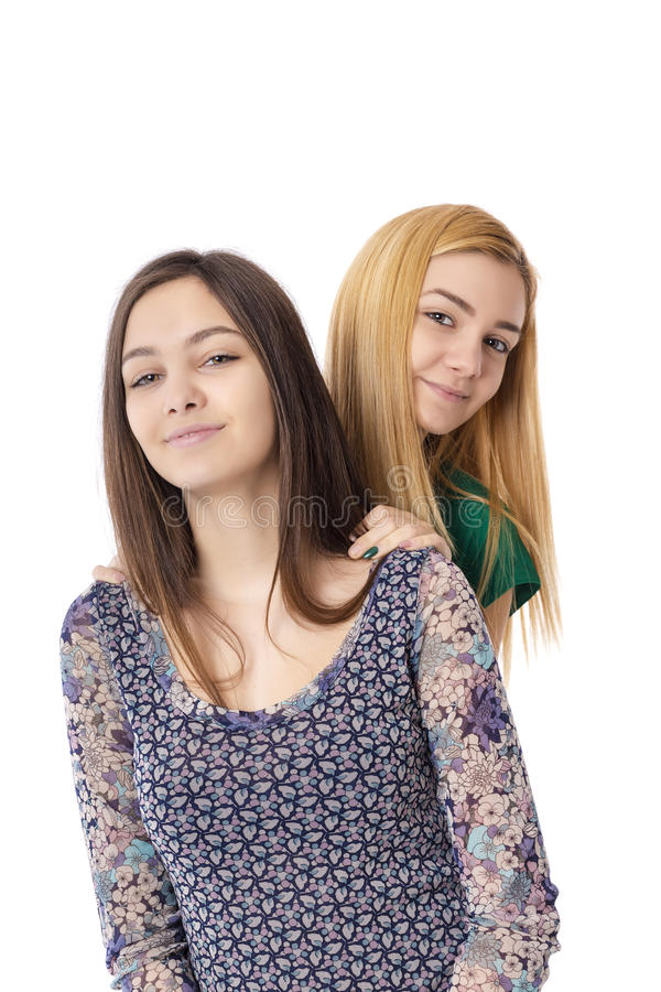 Twee glimlachende aantrekkelijke blond en donkerbruin-stelt tieners - royalty-vrije stock afbeelding