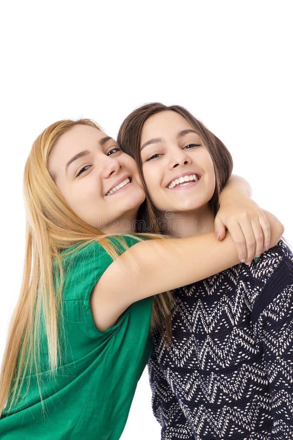 Twee glimlachende aantrekkelijke blond en donkerbruine tieners - stock fotografie