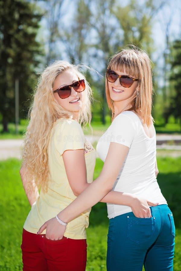 Twee glimlachende blonde vrouwen royalty-vrije stock foto's