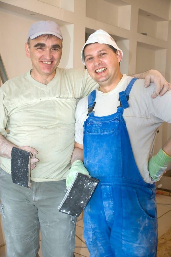 Twee glimlachende bouwers stock foto's