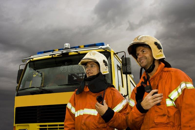 Twee glimlachende brandweerlieden royalty-vrije stock afbeeldingen