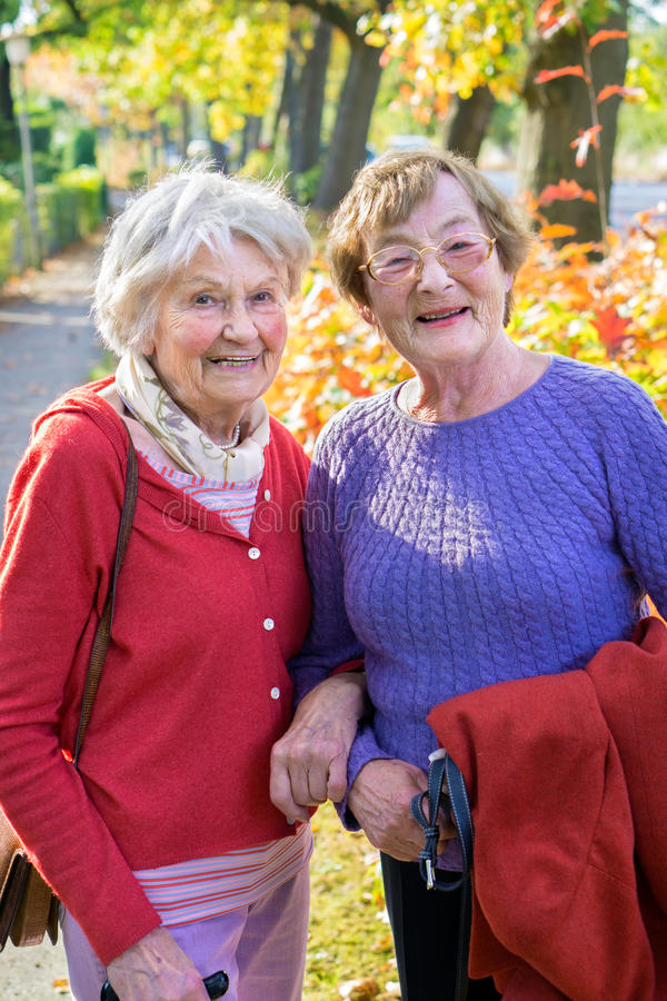 Twee glimlachende Hogere Vrouwen in Autumn Outfits royalty-vrije stock afbeeldingen