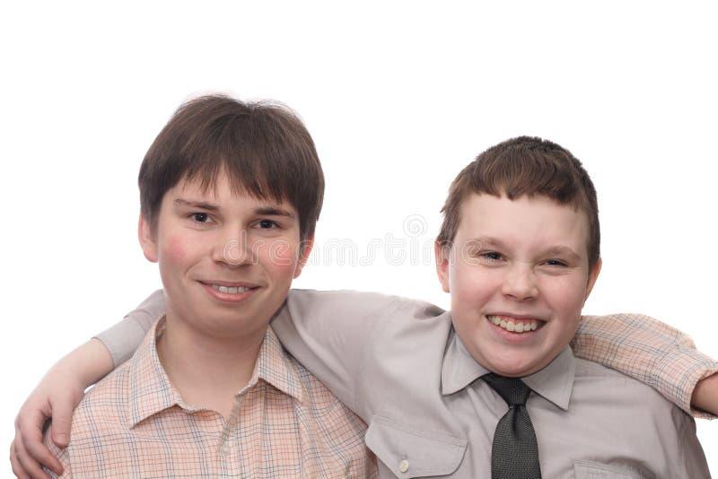 Twee glimlachende jongens stock foto's