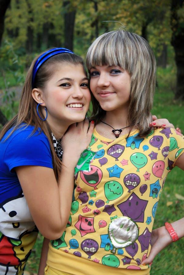 Twee glimlachende meisjes stock afbeelding