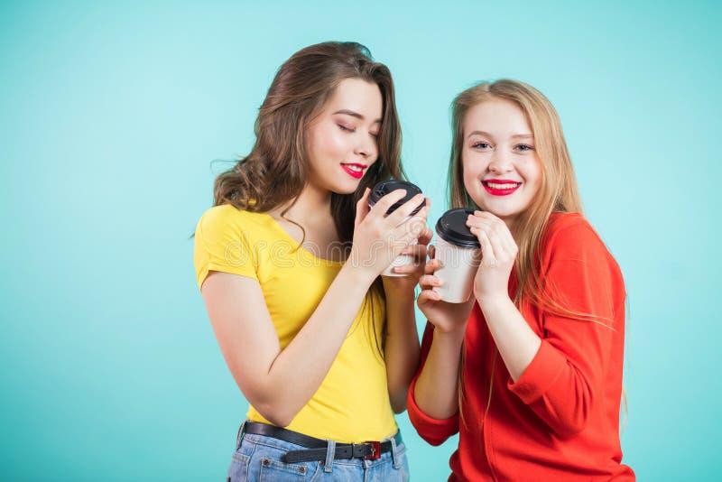 Twee glimlachende meisjes hebben koffietijd royalty-vrije stock foto's