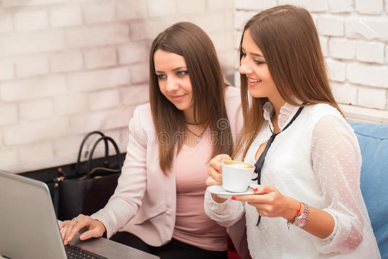 Twee glimlachende onderneemsters die met laptop werken royalty-vrije stock foto's