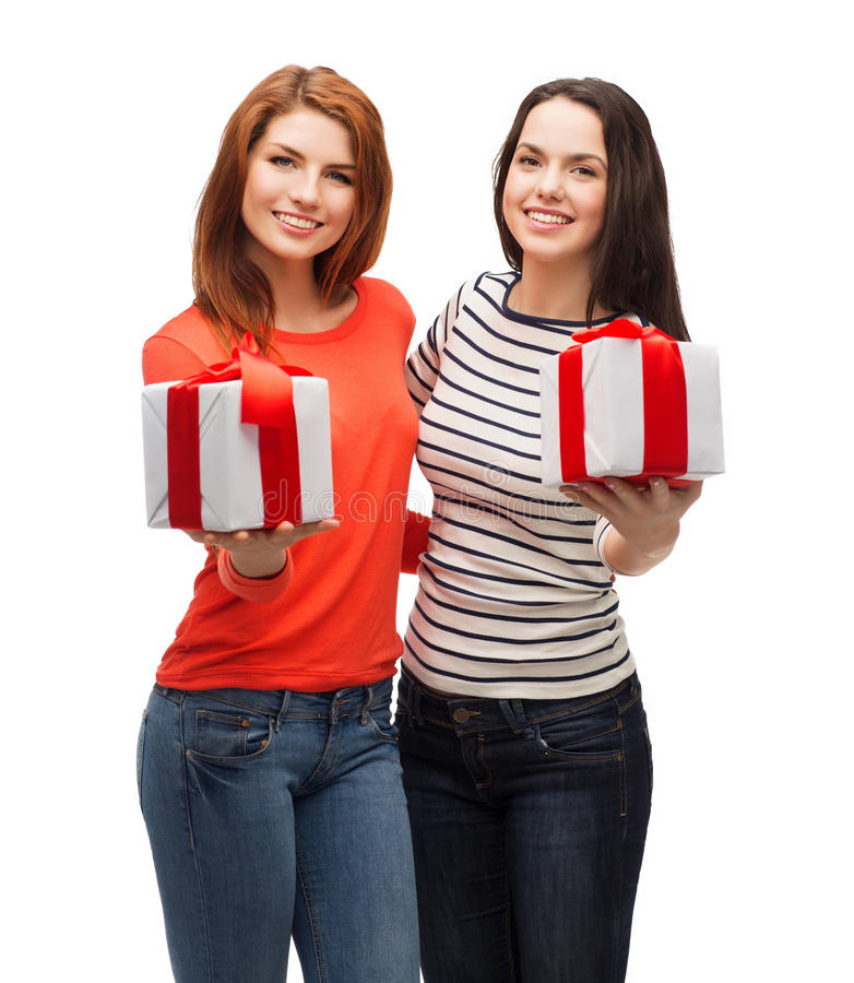Twee glimlachende tieners met stelt voor stock afbeelding