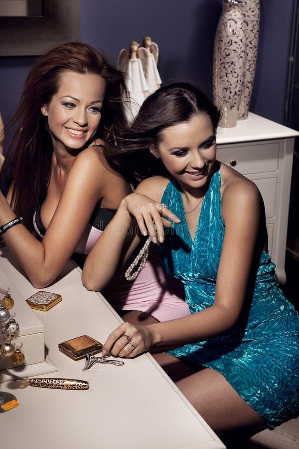 Twee glimlachende vrouwen stock afbeelding
