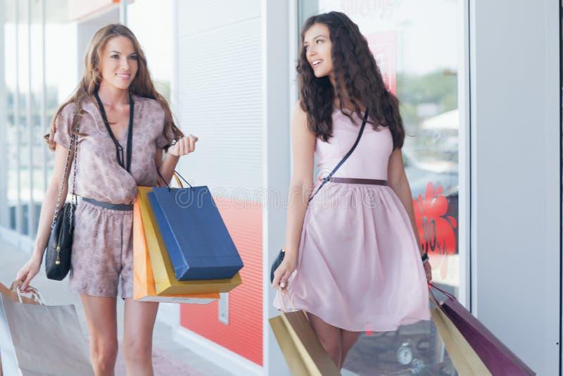 Twee glimlachende Vrouwen die samen winkelen royalty-vrije stock foto
