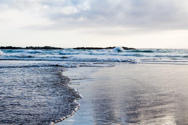Twee golven die elkaar van overkanten ontmoeten royalty-vrije stock foto's
