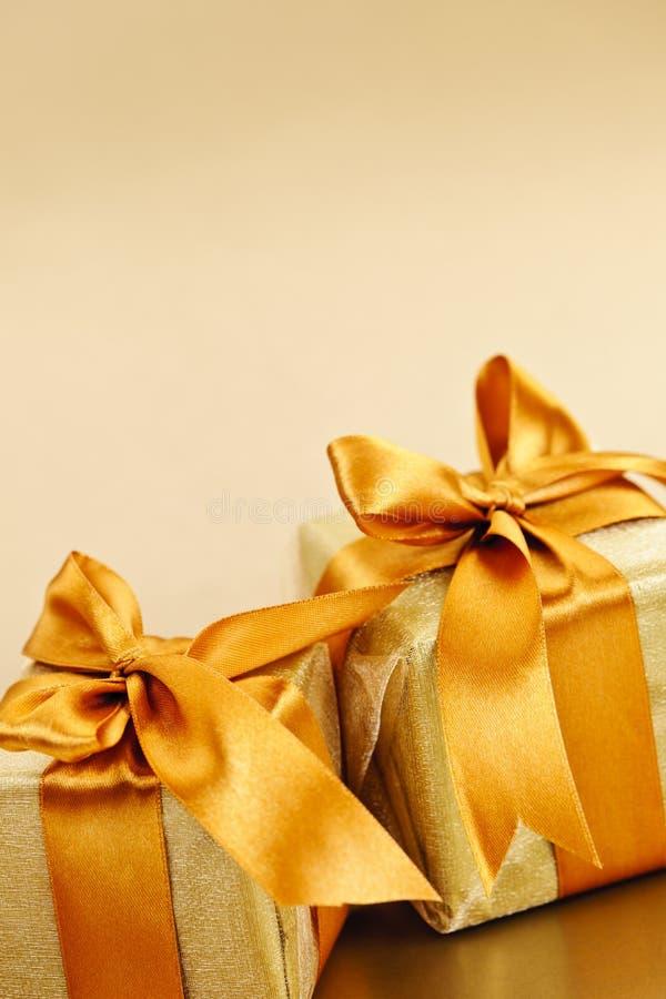 Twee gouden verpakte giftdozen stock foto