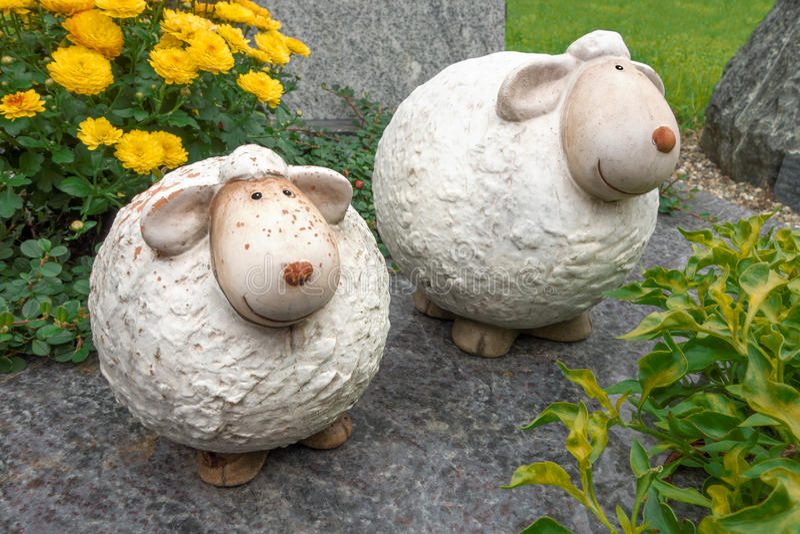 Twee grappige, dikke die schapen van ceramisch worden gemaakt royalty-vrije stock foto's