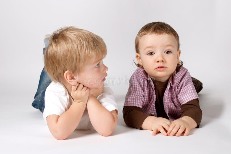 Twee grappige jongensportretten stock fotografie