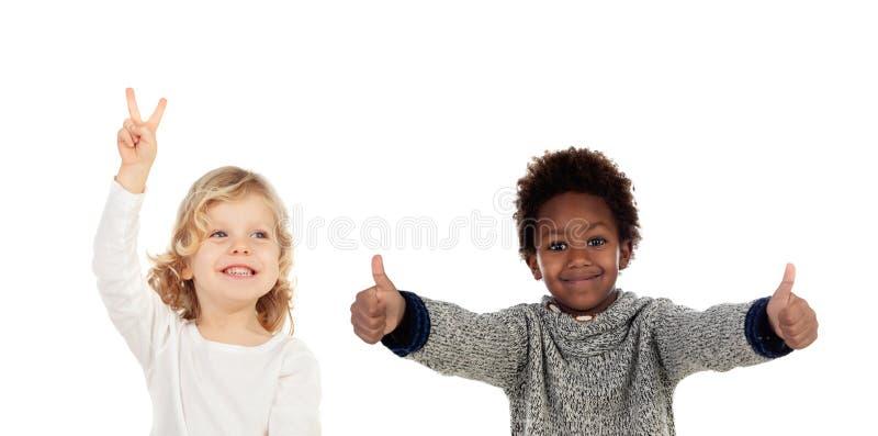 Twee grappige kinderen die O.k. zeggen royalty-vrije stock foto's